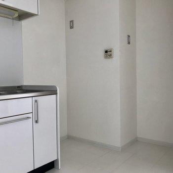 【LDK】キッチンそばのこのゆったりスペース嬉しい!※写真は2階の同間取り別部屋、通電前のものです
