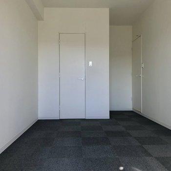 【上階】窓から。スタイリッシュな扉は、、※写真は2階の同間取り別部屋、通電前のものです