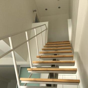 では上へのぼってもみましょう!※写真は2階の同間取り別部屋、通電前のものです