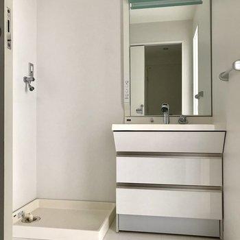 サニタリーへ。キッチン横とシューズボックス横の扉からいけます。写真はシューズボックス横の扉から。洗面台鏡おおきい!※写真は2階の同間取り別部屋、通電前のものです