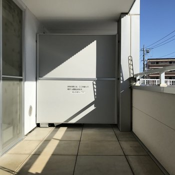 【下階】イスがおけそうなゆったりさ、、※写真は2階の同間取り別部屋のものです