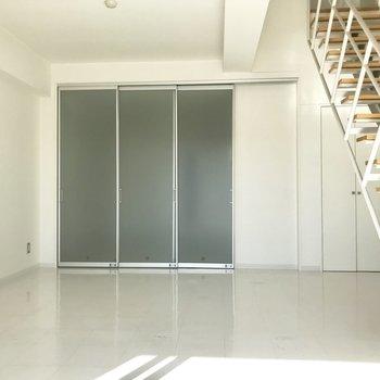 【下階洋室】引き戸でLDKとしきれます!※写真は2階の同間取り別部屋、通電前のものです