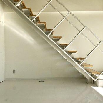 【下階洋室】階段にドライフラワーをつるしたい。左側の収納スペースは、、※写真は2階の同間取り別部屋、通電前のものです
