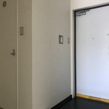 玄関横にトイレ※写真は2階の同間取り別部屋、通電前のものです