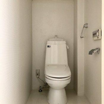 トイレはコンパクト※写真は2階の同間取り別部屋、通電前のものです