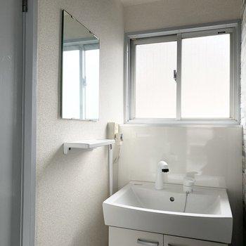洗面台のミラーと棚はサイドに。シンプルで素敵◎
