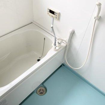 浴室は床のカラーが素敵。窓もあります。