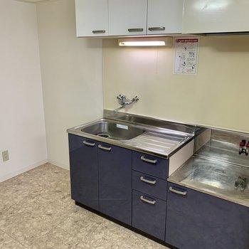 キッチンはネイビーでおしゃれ♪冷蔵庫も置けそうですよ。