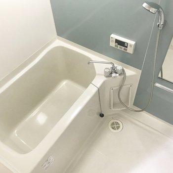 洗濯パンの向かいがお風呂。ブルーの細いストライプクロスが清潔感あります。