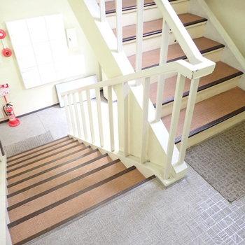 【共用部】勾配のゆるやかな階段をのぼってお部屋へ。