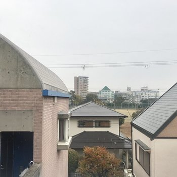 眺望は高い建物がないのがうれしい。ただ、左のドアが開いて住人さんとばったりするかも。