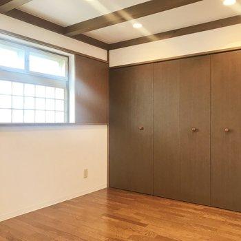 続いて5帖の洋室。こちらをリビングにしても◎やっぱり窓の意匠がいいなぁ…。