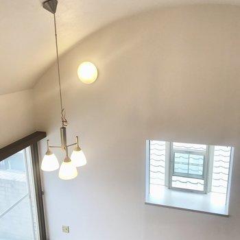 アーチ型の天井とレトロなライト、凝った出窓!心踊ります。