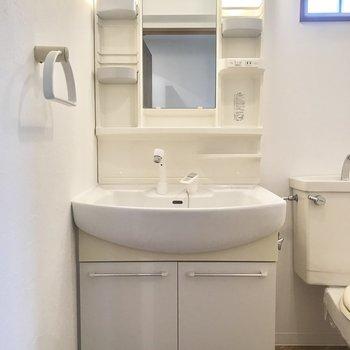 さらに廊下の右手前には洗面台とトイレがありました。こちらにも小窓が。