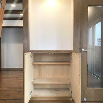 廊下へのドア横に収納スペースが。棚の上に植物と置物を置きたい!
