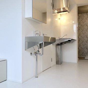 洗面台とキッチンはお隣どうし※写真は3階の同間取り別部屋のものです
