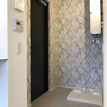 玄関には洗濯機置場がありますよ※写真は3階の同間取り別部屋のものです