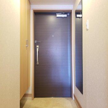 全身鏡が壁に付いています。出かける前のチェックを。 (※写真は8階の同間取り別部屋、清掃前のものです)