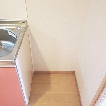 横には冷蔵庫も置けます◎ (※写真は8階の同間取り別部屋、清掃前のものです)