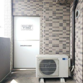 広めで余裕があるバルコニーです。洗濯物も十分干せます。 (※写真は8階の同間取り別部屋、清掃前のものです)