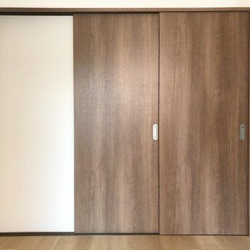 【洋室】就寝の際はドアを閉めると、メリハリのある空間に。