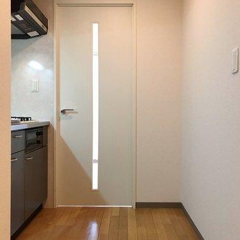 ドア右手前が冷蔵庫スペース※写真は2階の同間取り別部屋のものです