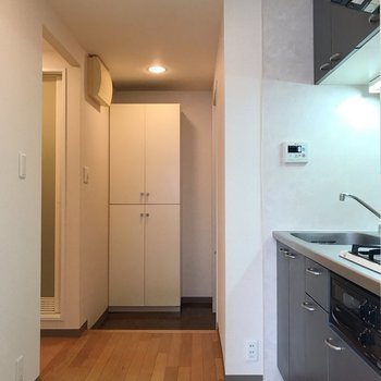 右手にキッチン。左手はお手洗いとお風呂。※写真は2階の同間取り別部屋のものです