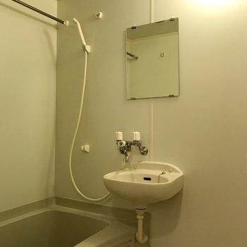 一人ゆっくり浸かることができる広さがあります※写真は2階の同間取り別部屋のものです