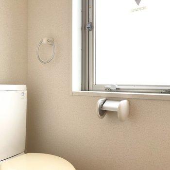 窓のおかげで明るいトイレ。※写真は2階の同間取り別部屋のものです