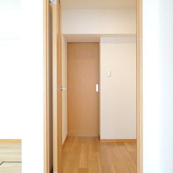 その左のドアから廊下へ。まずは正面の脱衣所へ。