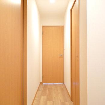 和室を出て左に。正面が洋室のドア。