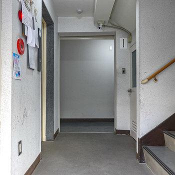 玄関前共用部。左奥にお部屋の玄関。