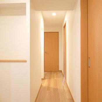 洋室を出て、廊下を真っ直ぐ。正面がトイレ。