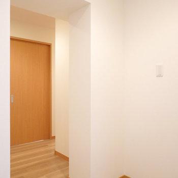 脱衣所に戻って、ドアを出て左に。