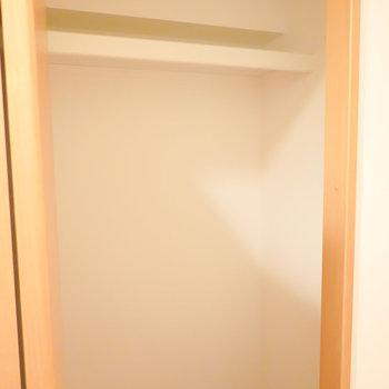 右の扉は掃除機などを収納しておけそうな物置き。