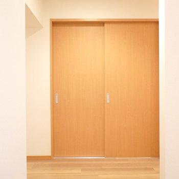 正面に引き戸。ここは何の部屋だろう。