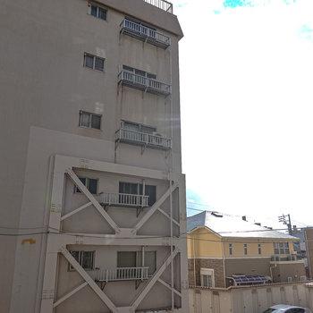 目の前はこのマンションの別棟ですが、右側の眺望が抜けてます。