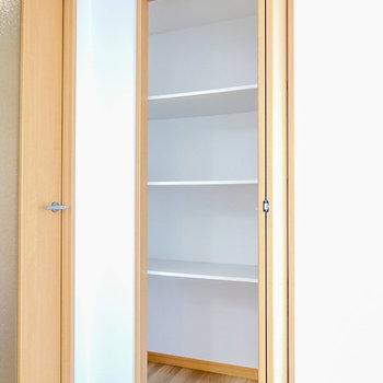 キッチン横には折戸の棚付き収納。