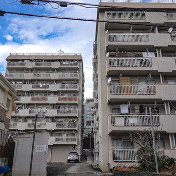 3棟あるマンションの右奥のマンションです。