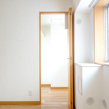 お部屋の角にはもう一つ扉があり…