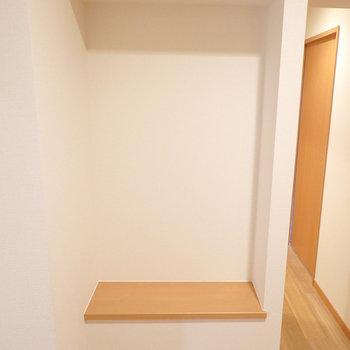 廊下脇には小物が置ける棚スペースが。