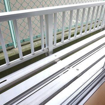 窓の外のスペースにはちょっとしたグリーンを配置したい。