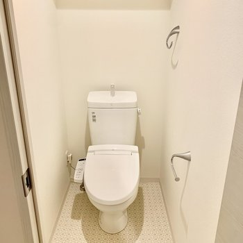 トイレはウォシュレット、上部に棚付いてます。