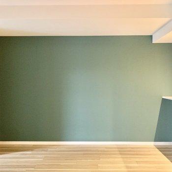 オリーブ色のアクセントクロス。落ち着いた色味でお部屋に溶け込んでいました。