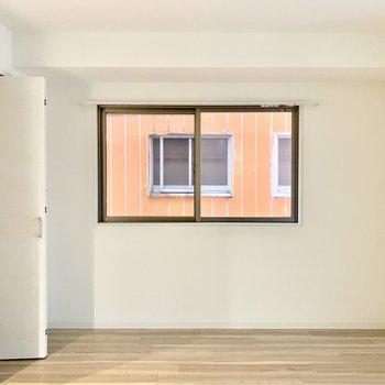 角部屋なのでこちらのリビングにも窓があります。