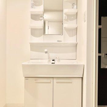 独立洗面台には2人分の歯ブラシを並べて、、♥