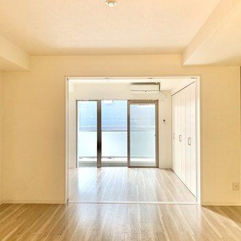 洋室とリビングは仕切り戸で仕切れます。