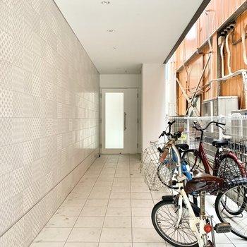 オートロックマンションです。駐輪スペースもしっかり◎