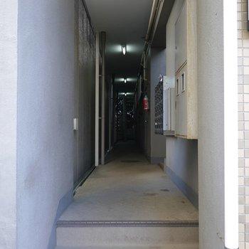 ここから入って右手に階段があります。