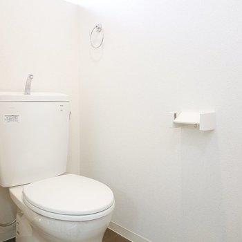 トイレも白くて清潔。居心地の良い空間。